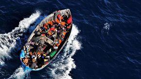 """140 migranti in mare a est della Sicilia, l'allarme su twitter: """"Sono in pericolo, salvateli"""""""