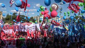 """""""Mai più fascismi"""", la manifestazione si chiude con """"Bella Ciao"""": tutta la piazza balla"""
