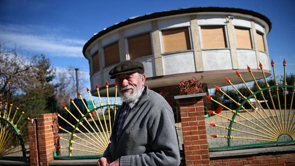 """L'uomo che vive nella casa che gira: """"L'ho costruita per stare sempre al sole"""""""