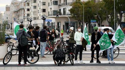 """Fridays for future, a Bari lo sciopero in bici e monopattini: """"Serve una vera mobilità sostenibile"""""""