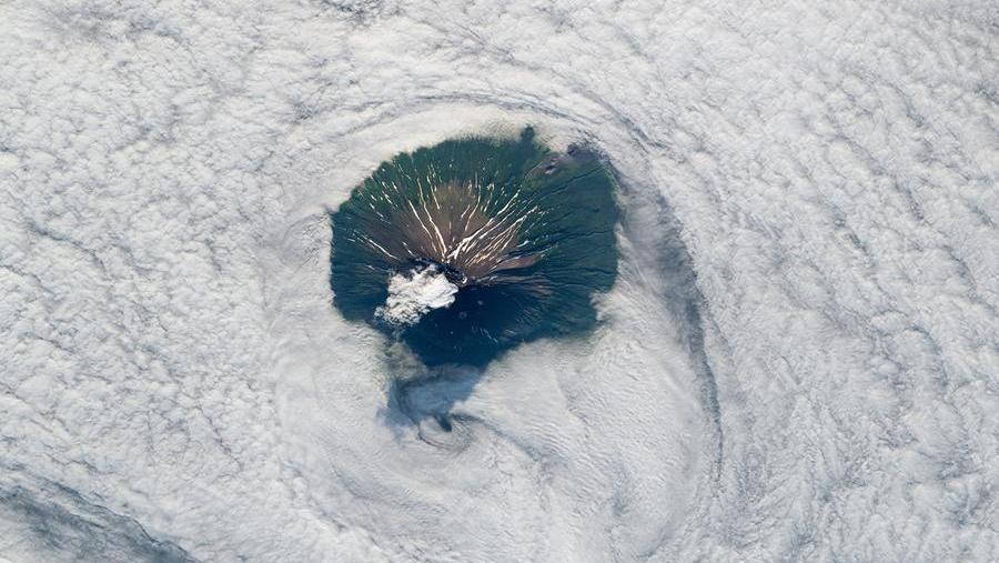 La bellezza proibita di Atlasov, l'isola-vulcano su cui nessuno può sbarcare