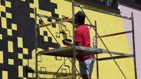 """Inaugurato a Moiola il murales """"La lezione dell'asino"""" realizzato dal pixel artist Krayon"""