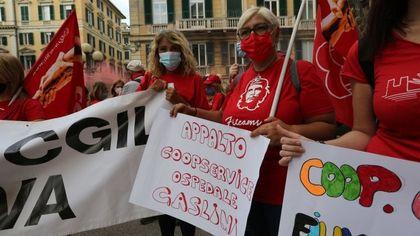 """Mense, pulizie e vigilanza, lavoratori in piazza a Genova: """"Rovinati da appalti al massimo ribasso e troppo smart working"""""""