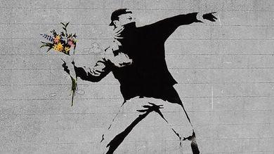 103947824 f5ca2258 203a 4b6c 9e1d 16cd53bc012a - Regno Unito, la bimba dell'hula hoop è di Banksy. L'artista posta la foto su Instagram
