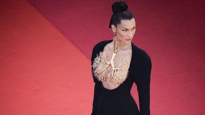 Cannes, si torna a sognare: dal gioiello polmone al denim couture i dettagli moda più belli del festival