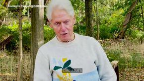 """Bill Clinton dimesso dall'ospedale: """"Mi sto riprendendo, trovate il tempo per voi stessi"""""""