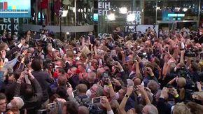 Elezioni Germania, l'urlo di gioia al comitato elettorale della Spd ai primi exit poll