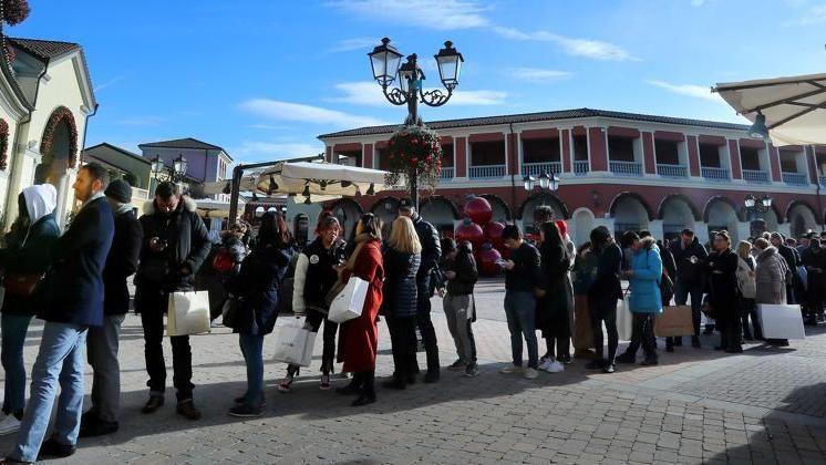 official photos 4a4a4 dda6c La febbre dei saldi, boom dell'Outlet: in due giorni a ...