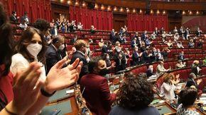 """Draghi chiama Jacobs e Tamberi """"L'Italia è orgogliosa di voi"""". Mattarella: """"Grande soddisfazione"""". Standing ovation e lungo applauso in Aula alla Camera"""