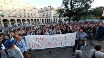 """No Green Pass protestano sotto la sede dell'ordine dei medici. Solidarietà di Toti ai sanitari: """"Solo con i vaccini si esce dalla pandemia"""""""