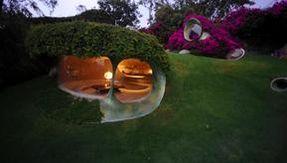 Una maravillosa casa orgánica escondida bajo una pradera mexicana