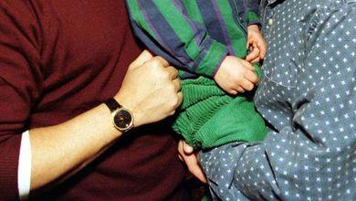 Un bambino e due papà, sentenza storica: orientamento sessuale non sia discriminante