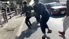 Kabul, talebani aggrediscono una troupe di giornalisti: reporter colpito con il calcio di un fucile