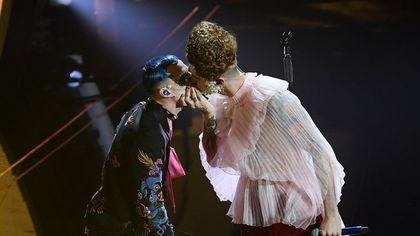 Sanremo 2020. Achille Lauro, una regina che bacia Boss Doms