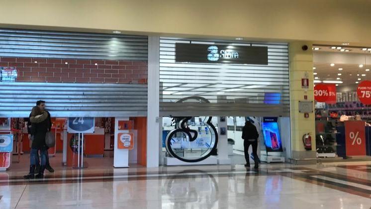new products 4e7a6 86e4d Razzia di cellulari in due negozi di telefonia al centro ...