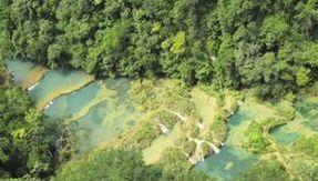 Nelle acque sacre del Guatemala, dove la natura ha creato delle fiabesche piscine a cascata