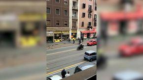 Milano, con un bastone cerca di colpire i vigili: il video dell'aggressione