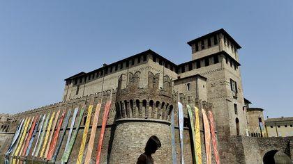 Stendardi colorati a Fontanellato per il castello della pace - foto