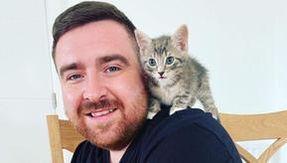 Sentono un miagolio provenire da un bidone dell'immondizia, dentro a un sacco c'erano due gatti da salvare