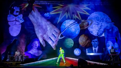 Mika in tour, il debutto a Torino: amore e musica per ottomila persone
