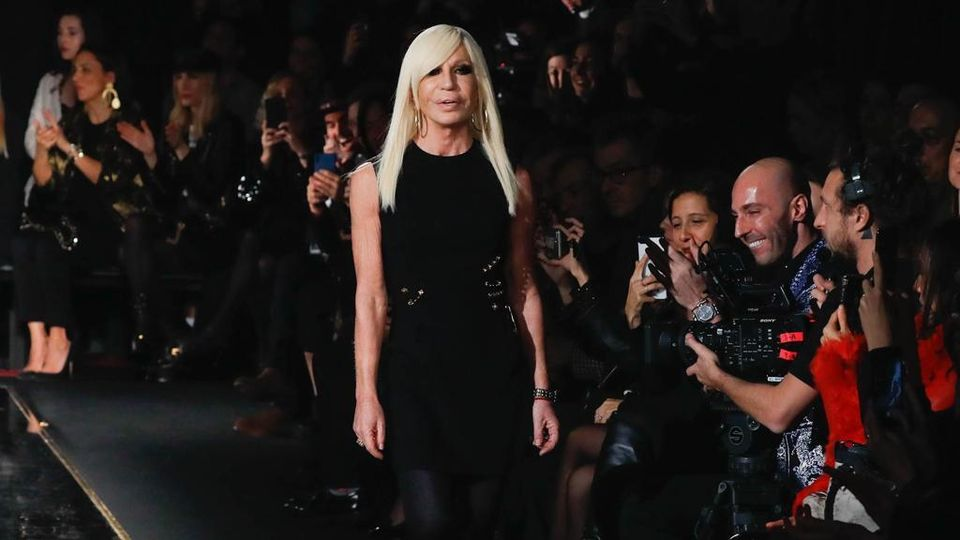 Donatella Versace Made In Italy Is The Way We Will Continue To Produce Here Fashion Creates Jobs La Stampa Ultime Notizie Di Cronaca E News Dall Italia E Dal Mondo