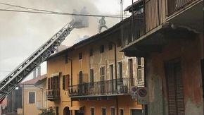 Va a fuoco una casa nel centro di Viverone, crolla il tetto: nessun ferito ma abitazione inagibile