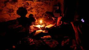 Il campo Rom è senza elettricità: i bambini studiano a lume di candela