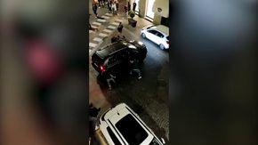 """Crosetto posta su Twitter il video dell'assalto a un Suv: """"Non è Caracas, ma il centro di Bra"""""""