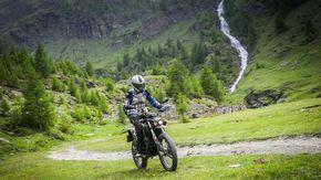 Sestrière, in moto nei boschi rispettando la natura: il miracolo del motore elettrico