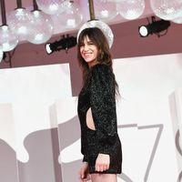 Charlotte Gainsbourg con due minidress conquista Venezia