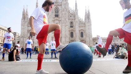 Partita di calcio in piazza Duomo, ma il pallone è il mappamondo: il flash mob ambientalista