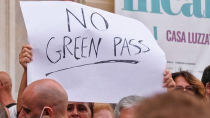 Equipara il Green Pass al nazismo, il Comune gli sospende la mostra