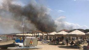 Incendi a Pescara: feriti, bagnanti in fuga. Le fiamme minacciano le case. Devastata la Pineta Dannunziana