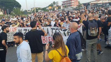 """I miasmi di Giugliano: migliaia in piazza """"Fateci respirare, chi ha inquinato paghi"""""""