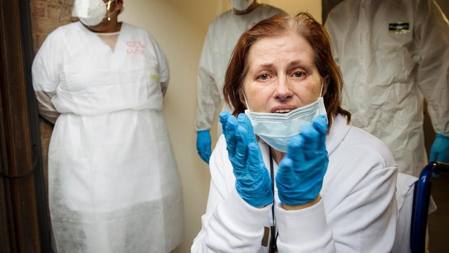 Patient number 100: Elena contracted the covid in the health facility where she worked. It was the patient number 100 discharged from the Ogr. On 9 June his greeting in tears: «You have given me a second life» (@Diana Bagnoli)