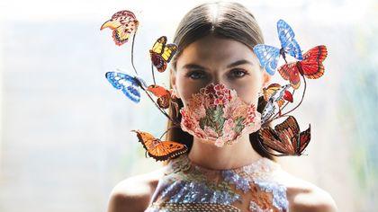 Voli di farfalle su abiti e accessori