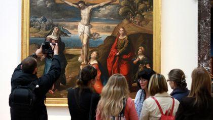 In mostra la Crocefissione, il capolavoro di Garofalo: il restauro nel laboratorio di vetro della Pinacoteca di Brera