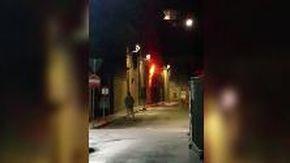 Il principio dell'incendio a Mirandola filmato dai passanti