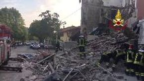 Gorizia, crolla palazzina: l'intervento dei vigili del fuoco tra le macerie