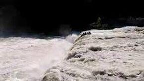 Fanno rafting ignorando i divieti, il gommone finisce nella cascata