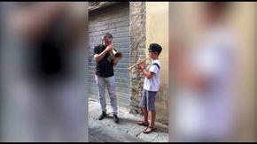 Quando il jazz non ha limiti, Paolo Fresu duetta con un bimbo per strada ed è subito magia