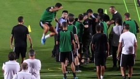 Cina, il tifoso fa irruzione: Ronaldo salta sul poliziotto che lo sta bloccando