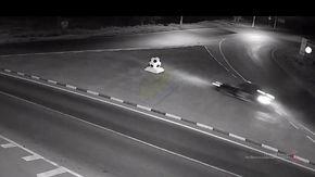 Si lancia con l'auto verso un enorme pallone, ma si accorge troppo tardi che è una scultura