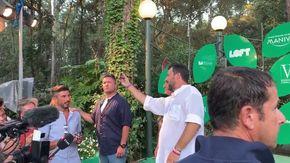 Salvini e la catena di montaggio dei selfie: è il ministro che scatta ogni foto