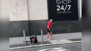 Si ferma davanti al senzatetto mentre fa jogging: l'uomo dona calzini e scarpe e va via scalzo