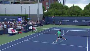 Al tennista riesce l'impossibile: il volée sotto le gambe è vincente