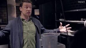 Dopo la bancarotta Jamie Oliver torna nell'ex ristorante: lo chef scoppia in lacrime