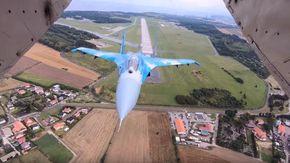 Mai così vicino, il vecchio jet russo arriva a un passo dai fotografi: la manovra fa tremare