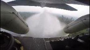 Nuovi roghi in Amazzonia: l'aereo militare getta acqua sulla foresta in fiamme
