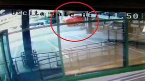 Malpensa, il camion dei vigili del Fuoco è troppo alto: lo schianto contro il passaggio degli imbarchi